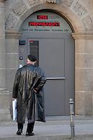 12 MAR 2007, BERLIN/GERMANY:<br /> Mann betrachtet die Schulden-Uhr des Bundes deutscher Steuerzahler, zeigt die aktuelle Staatsverschuldung Deutschlands an und haengt über dem Eingang zur Geschaeftsstelle des BdS<br /> Uhrzeit: 15:42:45<br /> IMAGE: 20070312-02-015<br /> KEYWORDS: Bund der Steuerzahler, Schuldenuhr, Verschuldung,