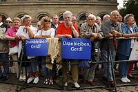 """05 AUG 2002, HANNOVER/GERMANY:<br /> Eine Gruppe Schaulustiger im Rentenalter mit Plakaten """"Dranbleiben, Gerd!"""", vor Beginn der SPD Kundgebung zum Wahlkampfauftakt, Opernplatz<br /> IMAGE: 20020805-01-013<br /> KEYWORDS: Rentner, Rentnerin, Wahlkampfplakat, Sozialdemokraten"""