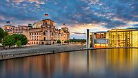 Der Reichstag gehört zu Berlins meistbesuchten Sehenswürdigkeiten. Die Besichtigung des Reichstags ist nur für angemeldete Personen nach erfolgter Sicherheitsüberprüfung möglich. Viele Sightseeing Anbieter in Berlin übernehmen das, so dass Sie ohne Anmeldung und Wartezeit den Reichstag besuchen können.