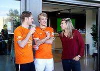 AMSTELVEEN - Deloitte  NK Studentenhockey.  Kim Lammers in gesprek met deelnemers. COPYRIGHT KOEN SUYK
