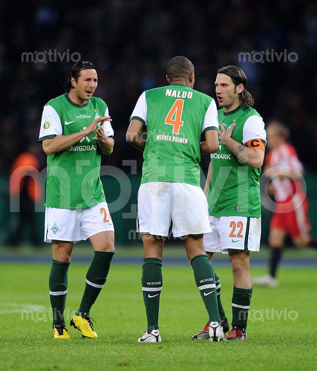 FUSSBALL      DFB POKAL FINALE       SAISON 2009/2010 SV Werder Bremen - FC Bayern Muenchen    15.05.2010 Claudio Pizarro, Naldo, Torsten Frings (v. li., Werder)