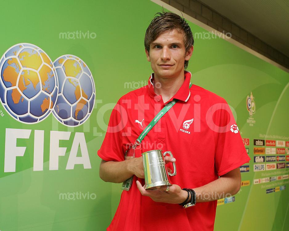 Fussball WM 2006  Gruppenspiel  Vorrunde Costa Rica - Polen Bartosz Bosacki (POL) erzielt beide polnischen Tore und wird als Spieler des Spiels geehrt;;Bartosz Bosacki of Poland displays the trophy for the -Player of the game-