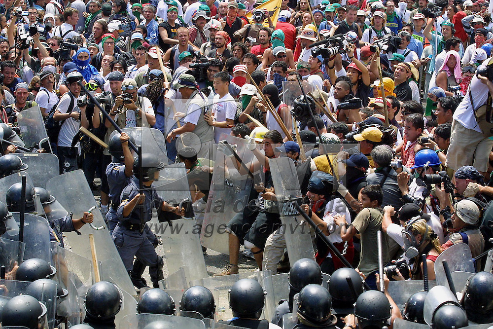 Cancun, M&eacute;x.- Miles de activistas globalifobicos, campesinos e integrantes de organizaciones No Gubernamentales se enfrentaron con elementos antimotines de la policia federal preventiva al intentar romper la barrera que resguarda la sede de la cumbre de la Organizacion Mundial de Comercio OMC. Agencia MVT / Mario Vazquez de la Torre. (DIGITAL)<br /> <br /> NO ARCHIVAR - NO ARCHIVE