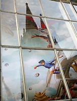 Feature WM          In der Glasfassade des koelner Hauptbahnhofes spiegeln sich die Tuerme des koelner Doms. Dahinter Deutails der Deckenbemalung im Hauptbahnhof zur WM 2006.