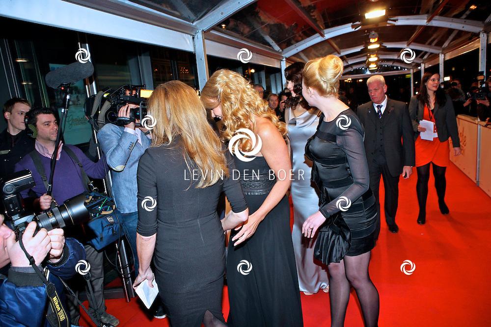 AMSTERDAM - Hoofdrolspelers Linda de Mol, Susan Visser en Tjitske Reidinga vlnr bij de premiere van de film Gooische Vrouwen dinsdag in het DeLaMar Theater in Amsterdam. FOTO LEVIN DEN BOER - PERSFOTO.NU