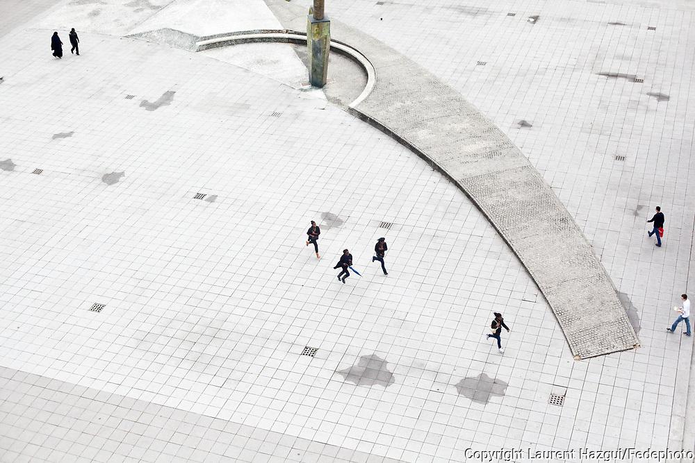 Juin 2011. Le Blanc-Mesnil. Place de la Libération, seul véritable lieu de mélange des adolescents des cités du sud et des cités du nord (autre frontière de la ville, le nord et le sud) par la proximité des lycées de la ville (juste derrière la place).