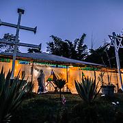 La cerimonia prevede il canto di oltre 150 inni danzando per circa 12 ore consecutivamente, fino alle prime luci del giorno The night of São João. One of the most important ceremonies for Santo Daime's believers /