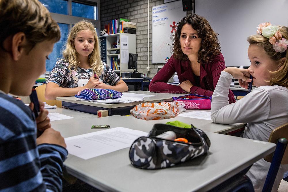 Winsum 20141118. Gert Jan Baas en Alina Schutter van gezinshulporganisatie Elker verzorgen gastles over scheidingen op scholen. Vandaag groep 7 van de Piramiden in Winsum. foto: Pepijn van den Broeke. kilometers: 44