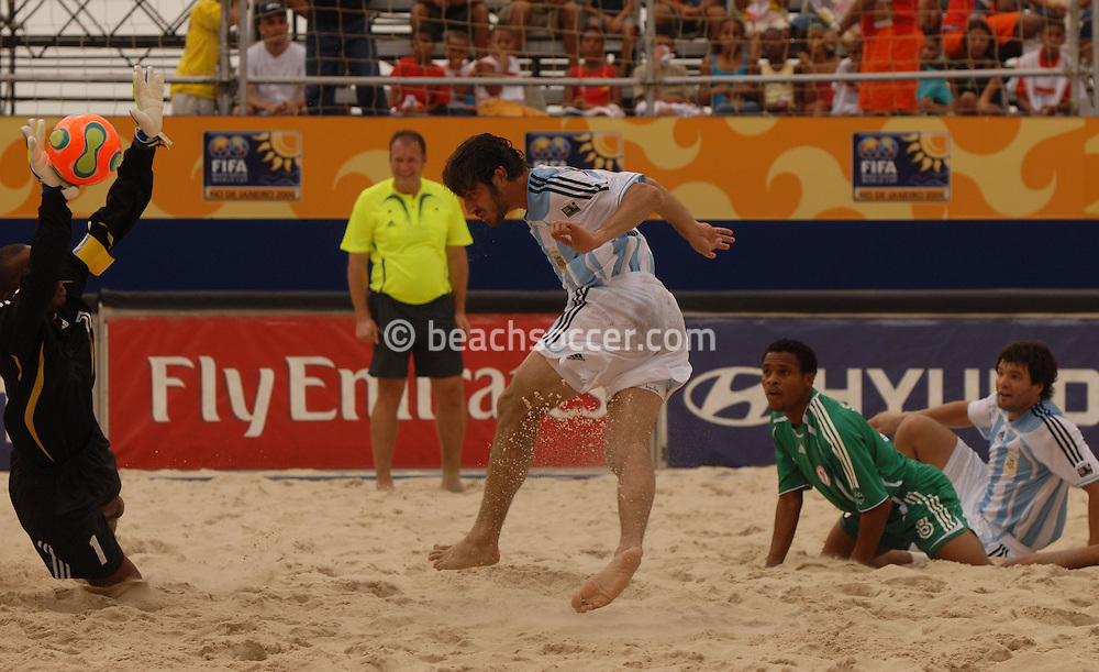 Football-FIFA Beach Soccer World Cup 2006 - Group D-ARG_NGA - Opening match of the Beachsoccer World Cup 2006. Lucas Baca strikes against the Abdullahi Isa Goal- Rio de Janeiro - Brazil 02/11/2006<br />