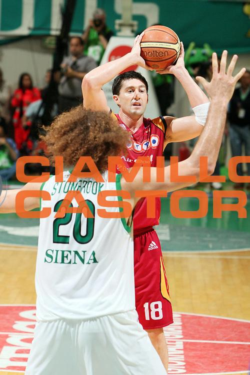 DESCRIZIONE : Siena Lega A1 2007-08 Playoff Finale Gara 2 Montepaschi Siena Lottomatica Virtus Roma <br /> GIOCATORE : Roberto Gabini<br /> SQUADRA : Lottomatica Virtus Roma<br /> EVENTO : Campionato Lega A1 2007-2008 <br /> GARA : Montepaschi Siena Lottomatica Virtus Roma <br /> DATA : 05/06/2008 <br /> CATEGORIA : Palleggio<br /> SPORT : Pallacanestro <br /> AUTORE : Agenzia Ciamillo-Castoria/G.Ciamillo