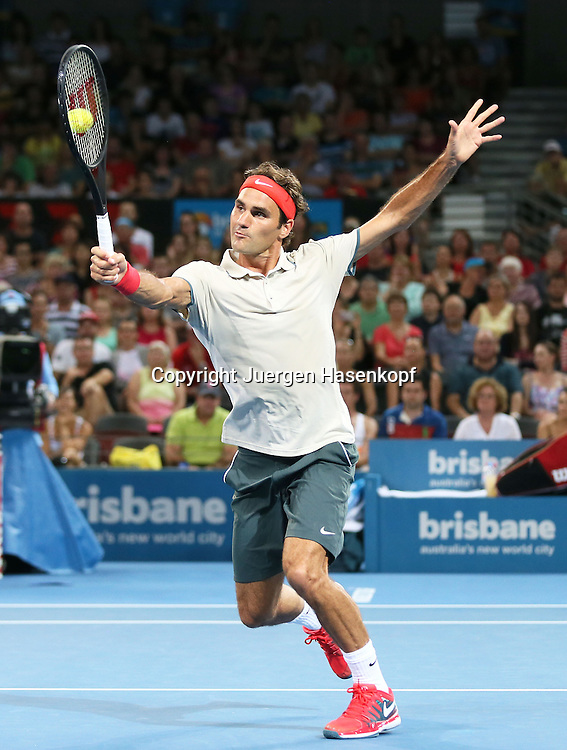 Brisbane International, Queensland Tennis Centre,ATP 250 World Tour WTA,Hardcourt Tennis Turnier in Brisbane,Australia,Roger Federer (SUI) ,Einzelbild,Aktion,Ganzkoerper,Hochformat,