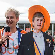 NLD/Breda/20140426 - Radio 538 Koningsdag, Armin van Buuren met bord van Koning Willem Alxander