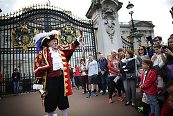 © Licensed to London News Pictures. 09/09/2015.  London, UK. Town Crier Tony Appleton proclaims outside Buckingham Palace at the exact moment that Queen Elizabeth II became  the United Kingdom's longest serving monarch as she passes Queen Victoria's 23,226 days on the throne.  Photo credit: Peter Macdiarmid/LNP
