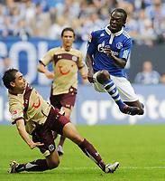Fotball<br /> Tyskland<br /> 28.08.2010<br /> Foto: Witters/Digitalsport<br /> NORWAY ONLY<br /> <br /> v.l. Mohammed Abdellaoue, Hans Sarpei (Schalke)<br /> Bundesliga, FC Schalke 04 - Hannover 96