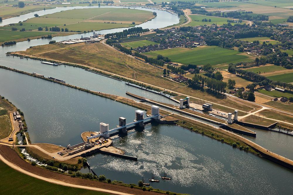 Nederland, Brabant, Gemeente Lith, 08-07-2010. Stuw en sluizen bij Lith, gebouwd in het kader van de Maasnormalisatie in de jaren '30 van de vorige eeuw. Worden gerenoveerd. Bij deze normalisatie is ook de maasmeander in de achtergrond afgesneden, de Alphense Waard..Locks and weir in the river Meuse at Lith, in the background the Alphen holm, former Maas Meander cut after the Meuse Standardization in the 30s of the last century..luchtfoto (toeslag), aerial photo (additional fee required).foto/photo Siebe Swart