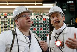 Bundesumweltministers Peter Altmaier (CDU; links im Bild) spricht während seines Besuchs im havarierten Atommülllager ASSE II mit Wolfram König, Chef des Bundesamts für Strahlenschutz. <br /> <br /> Ort: ASSE<br /> Copyright: Michaela Mügge<br /> Quelle: PubliXviewinG