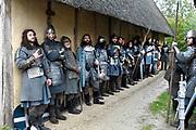 Setbezoek in Eindhoven van de film Redbad, een historische film over de Friese koning Radboud geregiseerd door Roel Rein&eacute;.<br /> <br /> Op de foto:  Figuranten schuilen voor de regen
