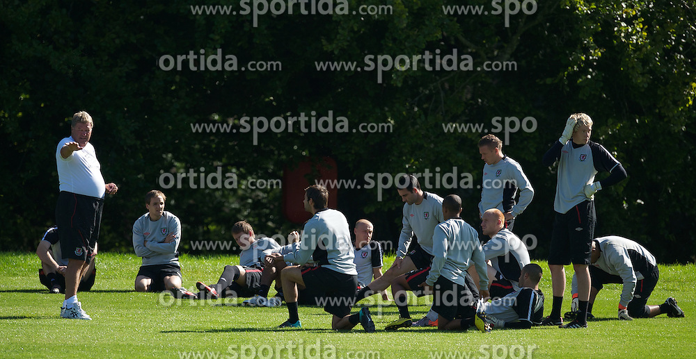 31.08.2010, Vale of Glamorgan Hotel, Cardiff, WAL, Training Nationalmannschaft Wales, im Bild Wales' manager John Toshack MBE gives a team talk during training, EXPA Pictures © 2010, PhotoCredit: EXPA/ Propaganda/ D. Rawcliffe *** ATTENTION *** UK OUT! / SPORTIDA PHOTO AGENCY
