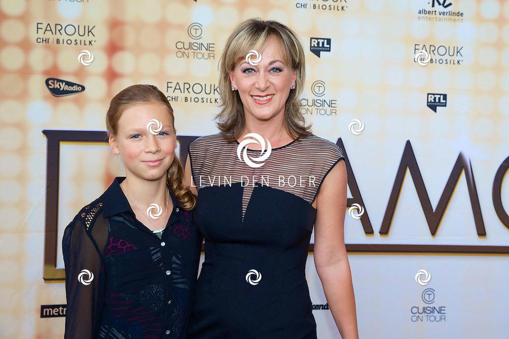 ROTTERDAM - In het Nieuwe Luxor Theater is de premiere van DreamGirls. Met hier op de rode loper  Jacqueline Aronson met dochter Sarah Kuijper. FOTO LEVIN DEN BOER - PERSFOTO.NU