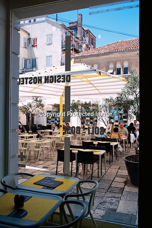 Surprenant et acidulé Goli and Bosi, le tout nouveau hôtel et auberge de jeunesse entièrement désigné par la griffe croate pousse le concept jusqu'à la typo du sachet de sucre. Goli & Bosi littéralement veut dire nu et pied nu ! .gollybossy.com.