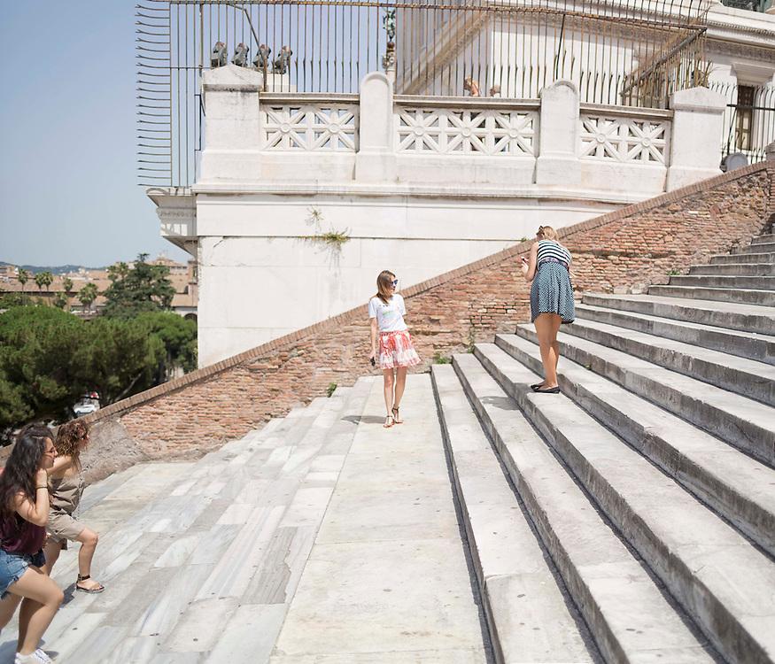 turiste si fotografano sulla scalinata della chiesa di Santa Maria in Ara Coeli,<br /> tourists taking pictures on the steps of the church of Santa Maria in Ara Coeli