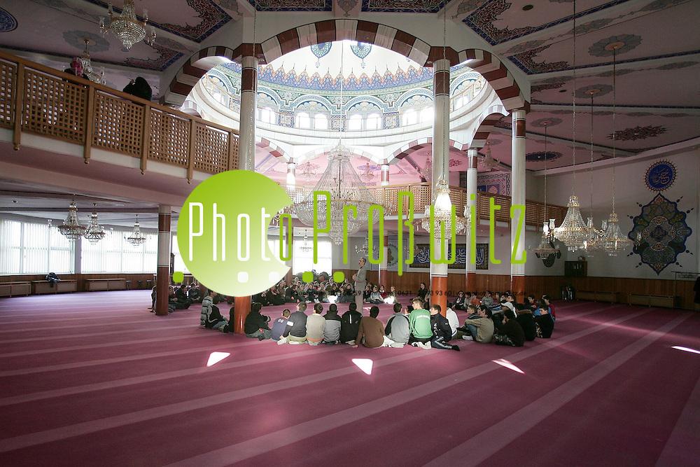 Mannheim. Yavuz-Sultan-Selim-Moschee am Luisenring. F&uuml;hrung von Schulklassen durch das islamische Gebetshaus.<br /> <br /> Bild: Markus Pro&szlig;witz<br /> ++++ Archivbilder und weitere Motive finden Sie auch in unserem OnlineArchiv. www.masterpress.org ++++