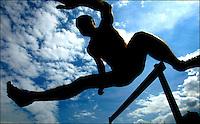 Atletiekwedstrijden om de Gouden Spike. Een beeld tijdens de 400meter horden.