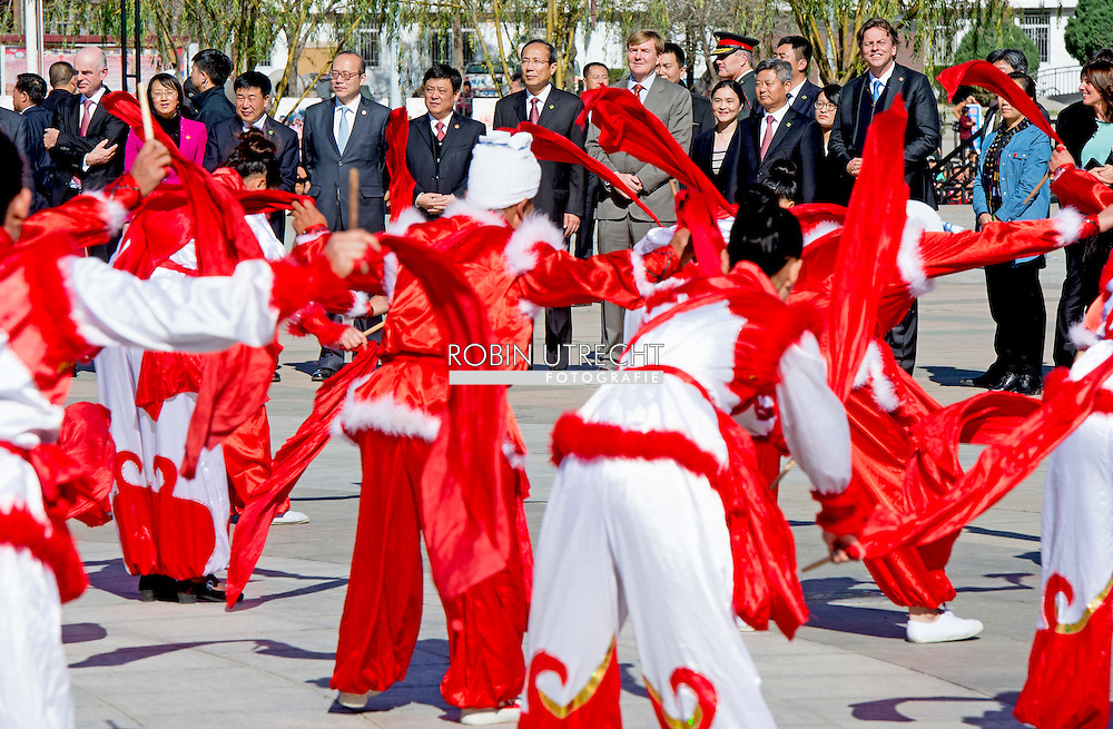 Yanhewanzhen - King Willem-Alexander of The Netherlands watch an dance performance from Ansai Waist Drum Drance at the Ansai Cultural Square in Yanhewanzhen, China, 27 October 2015. The King and Queen are in china for an 5 day state visit. COPYRIGHT ROBIN UTRECHT