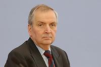 13 MAY 2002, BERLIN/GERMANY:<br /> Klaus Toepfer, Direktor der United Nations Environment Programme (UNEP) und Bundesminister a.D., waehrend einer Pressekonferenz zum Weltgipfel fuer nachhaltige Entwicklung, Bundespressekonferenz<br /> IMAGE: 20020513-02-010<br /> KEYWORDS: Klaus Töpfer