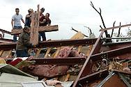 LADY LAKE FLORIDA USA FEB/03/07.William Countryman (front) and a group of volunteers save a cross of the Lady Lake Church of God, from the middle of the debris after a tornado hit the city of Lady Lake, Florida, Saturday, 03 February 2007..(Photo by / IPAPHOTO.COM)..LADY LAKE FLORIDA USA FEB/03/07.William Countryman (izq.) y un grupo de voluntarios de ayuda, rescatan la cruz en  medio de los escombros de la Iglesia de Dios de Lady Lake en la ciudad de Lady Lake, Florida, hoy, 03 de febrero de 2007. Varios tornados destruyeron las ciudades de Lady Lake y DeLand en Florida, causando muertes y daños severos..(Photo by / IPAPHOTO.COM)