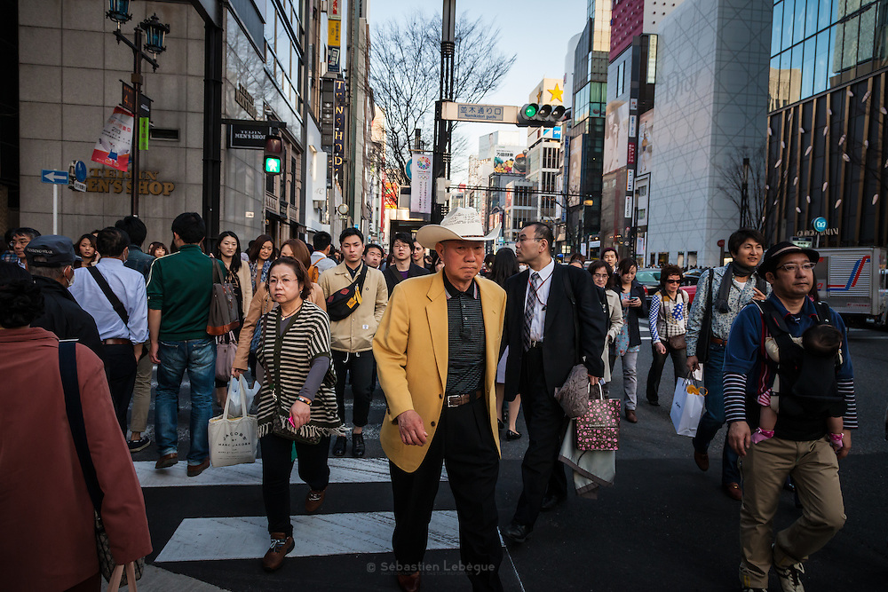 JAPAN, TOKYO, March 2013 - man wear a Stetson's hat and a yellow jacket on Saturday in Ginza [FR] homme porte un chapeau Stetson et une veste Jaune le Week end dans les rues de Ginza