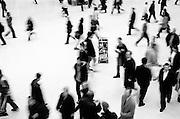 198 / Victoria Station: EUROPA, GBR, ENGLAND, LONDON,  01.04.2002: Menschen bewegen sich eilig in der Eingangshalle des Victoria Station Bahnhofs in London. - Marco del Pra / imagetrust - Stichworte: Bahnhof, Beschleunigung, Buckingham Palace, City of Westminster, Eile, Eiligkeit, Eisenbahn, England, Fahrgaeste, Geschaeftigkeit, Geschwindigkeit, Gesellschaft, Great Britain, Hast, Hektik, Kontrast, Laufen, London, Massen, Menschen, Menschenansammlung, Metropole, Model Release:No/Yes, Property Release:No/Yes, Queen Victoria, Rennen, schnell, Schnelligkeit, schwarz, Stichwort, U Bahn, U-Bahn, Underground, United Kingdom, Verkehr, Victoria Station, weiss, Wirbel, Zeit, Zeitmangel, Verkehr