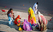 Indian family by Pushkar lake (India)