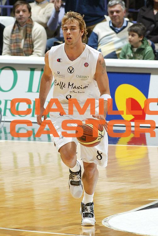 DESCRIZIONE : Bologna Lega A1 2005-06 Caffe Maxim Virtus Bologna Angelico Biella <br /> GIOCATORE : English <br /> SQUADRA : Caffe Maxim Virtus <br /> EVENTO : Campionato Lega A1 2005-2006 <br /> GARA : Caffe Maxim Virtus Bologna Angelico Biella <br /> DATA : 27/11/2005 <br /> CATEGORIA : Palleggio <br /> SPORT : Pallacanestro <br /> AUTORE : Agenzia Ciamillo-Castoria/L.Villani
