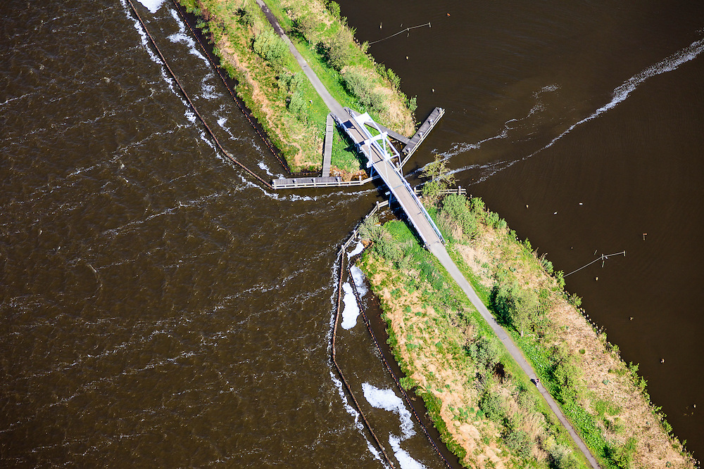 Nederland, Zuid-Holland, Nieuwkoop, 09-05-2013; Zuideinderplas (deel van de Nieuwkoopseplassen) met ophaalbruggetje. Windveren in het water.<br /> South Lake (part of the Nieuwkoopseplassen) with drawbridge. Wind Feathers in the water.<br /> luchtfoto (toeslag op standard tarieven)<br /> aerial photo (additional fee required)<br /> copyright foto/photo Siebe Swart