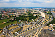 Nederland, Utrecht, Leidsche Rijn, 13-05-20011; zuidelijke ingang van de nieuwe landtunnel voor de A2, verkeersplein Hooggelegen onder in beeld. De tunnel ligt parallel aan de bestaande A2, het asfalt zal op termijn verdwijnen en op het dak van de tunnel zal een park komen. Links van de tunnel Leidsche Rijn met de wijken Langerak en Parkwijk. Rechts het Amsterdam-Rijnkanaal. Southern entrance of the new landtunnel for A2. The tunnel lies parallel to the existing motorway A2, the asphalt will eventually disappear and the roof of the tunnel will be a park. Left of the tunnel Leidsche Rijn with the districts  Langerak and  Parkwijk. Right the Amsterdam-Rhine Canal..luchtfoto (toeslag), aerial photo (additional fee required).foto/photo Siebe Swart