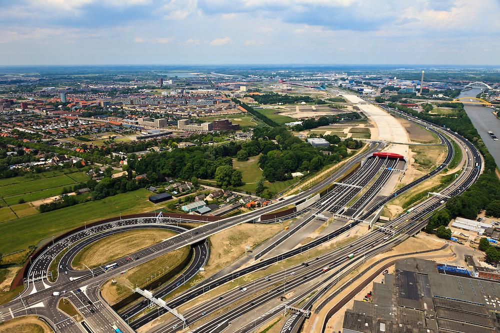 Nederland, Utrecht, Leidsche Rijn, 13-05-20011; zuidelijke ingang van de nieuwe landtunnel voor de A2, verkeersplein Hooggelegen onder in beeld. De tunnel ligt parallel aan de bestaande A2, het asfalt zal op termijn verdwijnen en op het dak van de tunnel zal een park komen. Links van de tunnel Leidsche Rijn met de wijken Langerak en Parkwijk. Rechts het Amsterdam-Rijnkanaal. Southern entrance of the new landtunnel for A2. The tunnel lies parallel to the existing motorway A2, the asphalt will eventually disappear and the roof of the tunnel will be a park. Left of the tunnel Leidsche Rijn with the districts  Langerak and  Parkwijk. Right the Amsterdam-Rhine Canal..luchtfoto (toeslag), aerial photo (additional fee required).foto/photo Siebe Swart