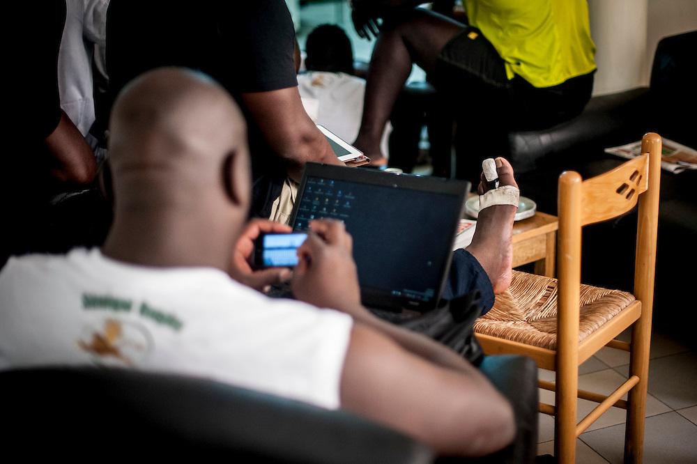 11/06/2013. Dakar, Senegal. Les joueurs de l'équipe de rugby du Senegal se reposent quelques heures avant le premier match de la demi-finale de la Coupe d'Afrique des Nations B contre la Namibie. ©Sylvain Cherkaoui