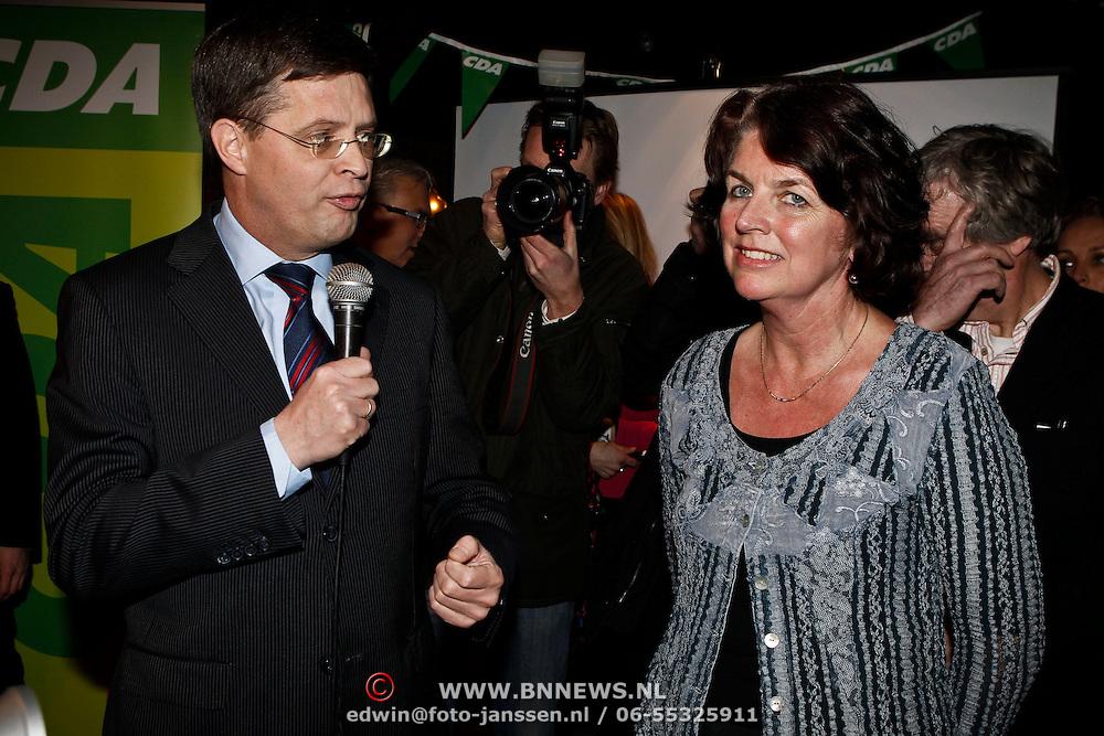 NLD/Huizen/20100302 - Premier Peter - Jan Balkenende op verkiezingsbezoek in Huizen, samen met Janny Bakker