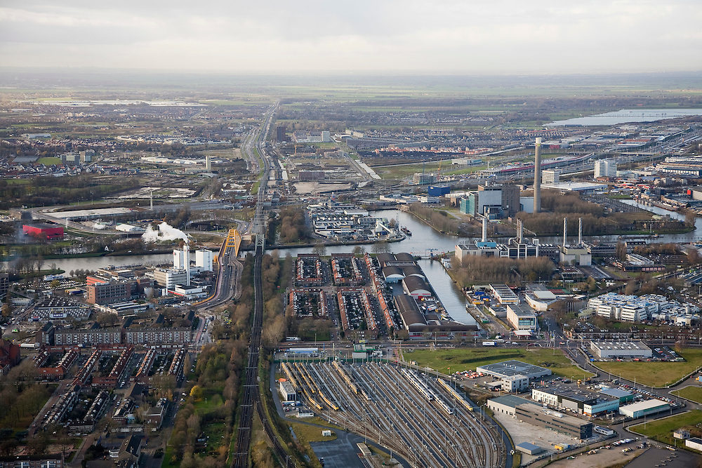 Nederland, Utrecht, Utrecht, 25-11-2008; westelijk deel binnenstad, met links de wijk Lombok met Douwe Egberts fabriek aan het Amsterdam Rijnkanaal, rechts het opstelterrein zuid (OZ) van Nedtrainaan gene zijde van het kanaal Leidsche Rijn, met daar achter het Groene Hartinner city, western part: left Lombok neighborhood with  Sara Lee factory (coffee), to the right railway yard and workshopsother side of Amsterdam Rine Canal the newly developed city Leidsche Rij and the rural country side ('Green Hart').DE, Amsterdam Rijn kanaal, koffie, rail, survey, NS,, Ned Train, Dutch railways, Ned Train, Nederlandse Spoorwegen, NS, spoorweg emplacement .  .luchtfoto (toeslag)aerial photo (additional fee required).foto Siebe Swart / photo Siebe Swart