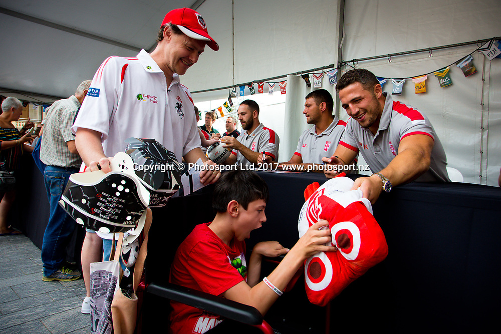 Rugby League World Cup. England Fan Day.Sam Burgess with fans Cale Murray and son Aidan (centre). Brisbane, Australia. 28 Nov 2017. Copyright photo: Patrick Hamilton / www.photosport.nz