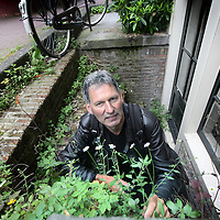 Nederland, Amsterdam , 7 juni 2010..Plant wildgroeiende stadsplant zoals beschreven in de Natuurgids van bioloog Ton Denters.Foto:Jean-Pierre Jans