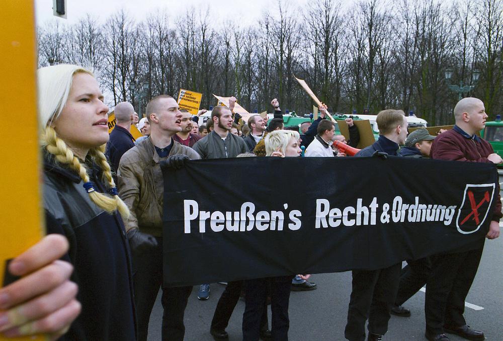 """Germany - Neofascists; Neonazis; Rechtsextreme,  Frauen und Männer; NPD.500 Mitglieder und Sympathiesanten der  NPD demonstrierten am  12. Maerz 2000 in Berlin anlaesslich  des Jahrestages des Anschlusses Oesterreichs an Nazideutschland unter dem Motto:"""" Wir sind ein Volk - Haende weg von Oesterreich """". - Marsch zum .Brandenburger Tor - """"Preussen `s Recht+Ordnung"""".Berlin 12.03.2000; copyright by CHRISTIAN JUNGEBLODT."""