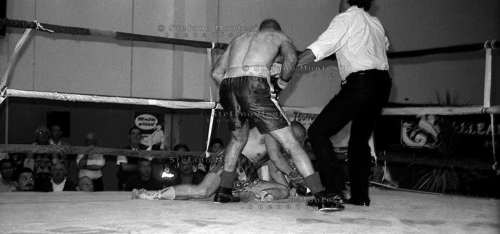 Tarquinia 12 Giugno 1998.Incontro boxe superwelter professionisti.Gianluca Iommarini (Italia)  mette ko Jurki Kurki (Slovacchia)
