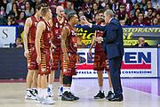 Walter De Raffaele Tyrus McGee<br /> Umana Reyer Venezia - Vanoli Cremona<br /> Lega Basket Serie A 2016/2017<br /> Venezia 30/10/2016<br /> Foto Ciamillo-Castoria