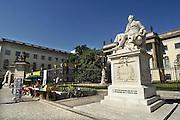Duitsland, Berlijn, 22-8-2009Historische ingang gebouw Humboldt universiteit.Standbeeld van Alexander von Humboldt.Foto: Flip Franssen/Hollandse Hoogte