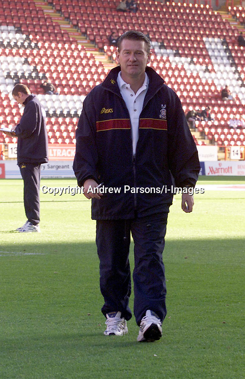Bradford Manager, Chris Hutchings at Charlton Football Club, November 2000.  Photo by Andrew Parsons/i-Images