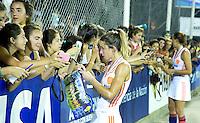 TUCUMAN  Argentinie -  Ellen Hoog met jeugdige fans. Nederland wint de  finale wedstrijd van de finaleronde van de Hockey World League  van  Australie (5-1). ANP KOEN SUYK