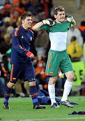 11.07.2010, Soccer-City-Stadion, Johannesburg, RSA, FIFA WM 2010, Finale, Niederlande (NED) vs Spanien (ESP) im Bild David Villa und Iker Casillas feiern den ersten WM titel für spanien, der Kapitän und Torwart weint, EXPA Pictures © 2010, PhotoCredit: EXPA/ InsideFoto/ Perottino *** ATTENTION *** FOR AUSTRIA AND SLOVENIA USE ONLY! / SPORTIDA PHOTO AGENCY