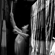 APUNTES SOBRE MI VIDA: LA PASTORA I - 2009/10<br /> Photography by Aaron Sosa<br /> Carmen Cecilia Rojas, Mama recogiendo la ropa seca.<br /> La Pastora, Caracas - Venezuela 2009<br /> (Copyright © Aaron Sosa)